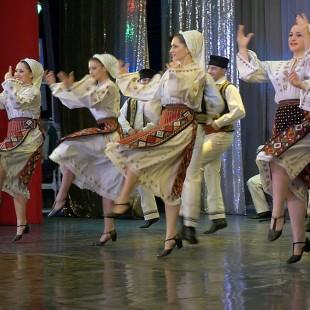 "Ansamblu Folcloric ""Cununa Carpaților""  la Metrou"